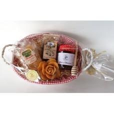 cesto regalo in legno vimini con miele e confettura